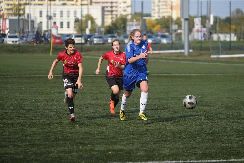 Gwiazda Toruń przegrała 1:2 z GSS-em Grodzisk Wielkopolski w 7. kolejce drugiej grupy II ligi piłki nożnej kobiet. Mecz odbył się na boisku Przy Skarpie.W