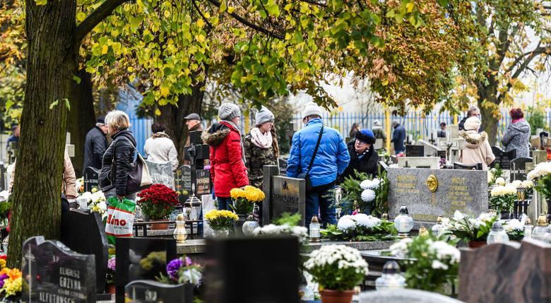 Zbliża się Wszystkich Świętych i Zaduszki, podczas których Polacy tłumnie ruszą na cmentarze, by odwiedzić groby swoich bliskich. To także dni, w czasie