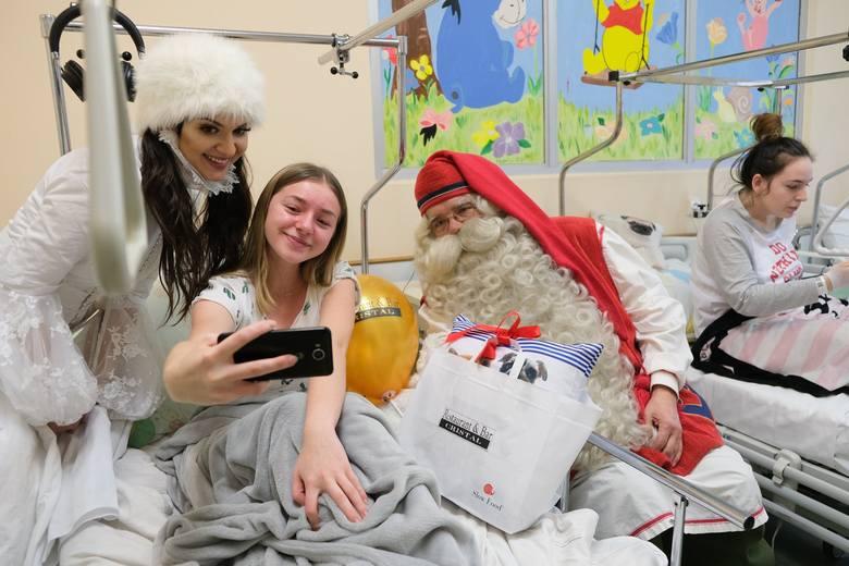 Święty Mikołaj odwiedził w niedzielę małych pacjentów z Uniwersyteckiego Dziecięcego Szpitala Klinicznego w Białymstoku. Spotkał się z dziećmi z kilku