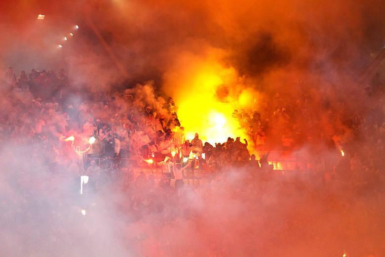 Kibice na meczu Legia Warszawa - Górnik Zabrze [OPRAWA, DOPING, RACE]. Mecz dwukrotnie przerywany