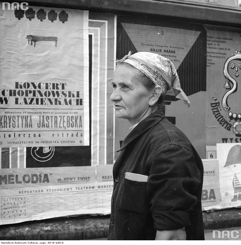 """Kobieta rozlepiająca plakaty. <br><font color=""""blue""""><a href=""""http://www.audiovis.nac.gov.pl/obraz/204245/2f9408cf38524e55bd83a3c2c0ecaa5c/""""><b>Zobacz zdjęcie w zbiorach NAC</b></a> </font>"""