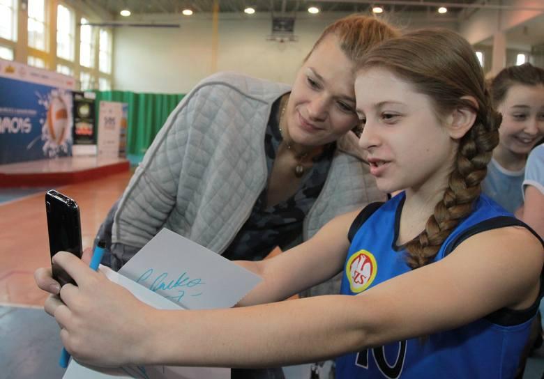 """Ostrowieckie Stowarzyszenie Akademia Volley Stars organizuje w dniu 20 listopada """"Dzień z Mistrzynią"""". Podczas eventu młodzi fani siatkówki z ostrowieckich"""