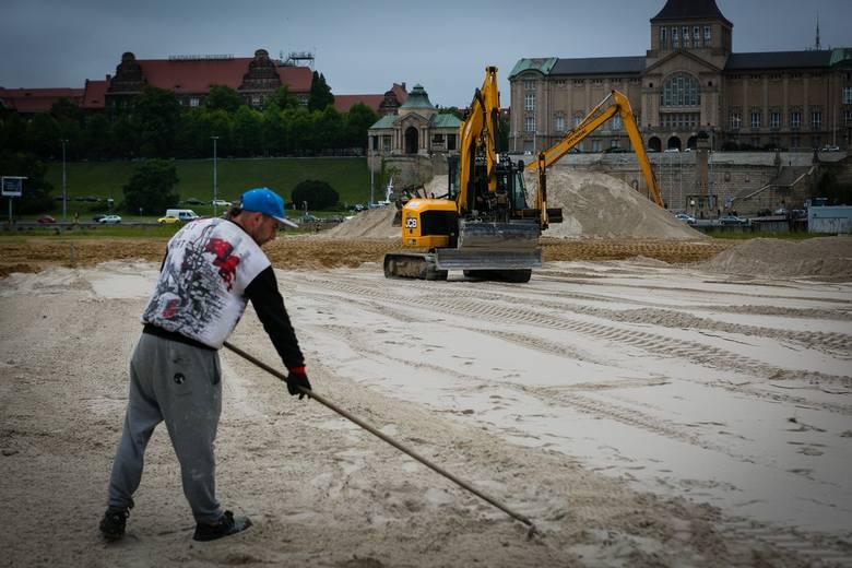 Trwa wymiana piasku w Miejskiej Strefie Letniej na Wyspie Grodzkiej. Do Szczecina przypłynął barkami prosto z nadbałtyckiej plaży. Łącznie do rozgarnięcia