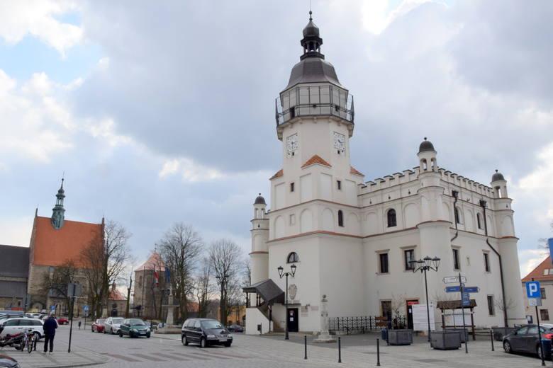 27 maja 1990 roku odbyły się pierwsze wybory do samorządu terytorialnego w Polsce, po 40 latach przerwy. W Szydłowcu wybieraliśmy Radę Miejską, która