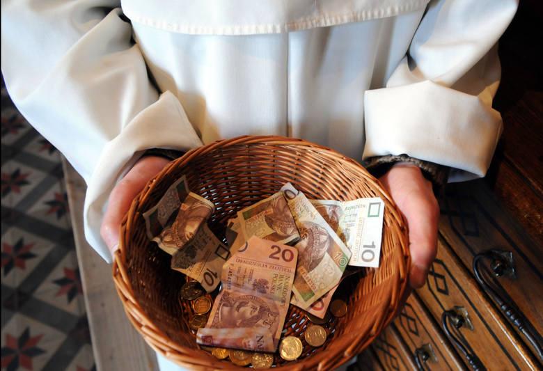 Zastanawialiście się kiedyś jakie wynagrodzenie otrzymuje ksiądz? Jak wyglądają zarobki duchownych w naszym kraju? Zobaczcie jakie pieniądze otrzymują