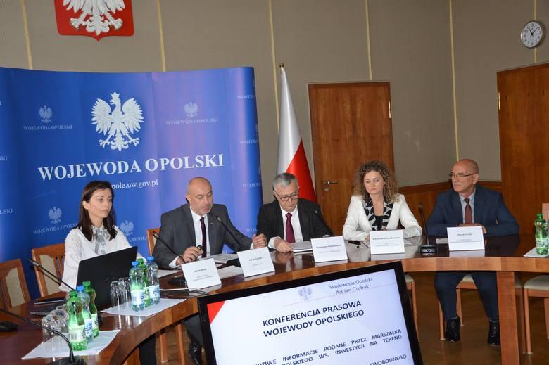 Wojewoda zwołał konferencję prasową w Sali Braci Kowalczyków.