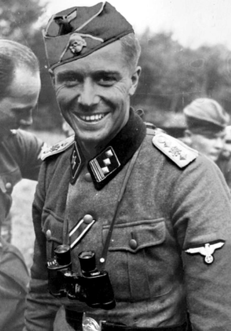 Herberts Cukurs, przed wojną bohater narodowy Łotwy, dopuścił się zbrodni, nadzorując mord Żydów z Rygi. Po wojnie odnalazł go w Brazylii Mossad. Nie