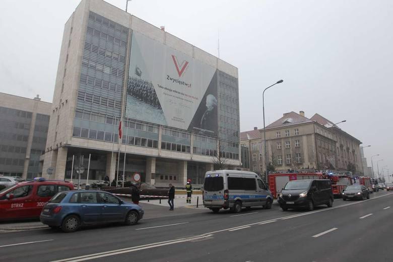 Ewakuacja budynku Urzędu Wojewódzkiego w Poznaniu<br /> <strong>Przejdź do kolejnego zdjęcia ---></strong><br />