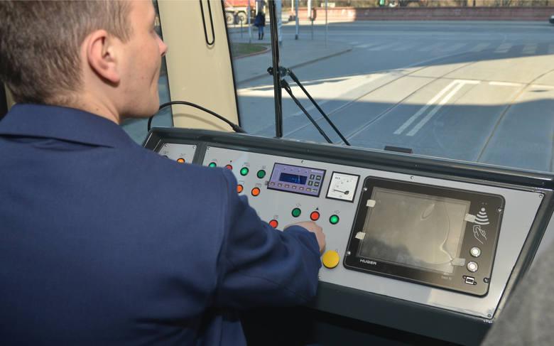 18.03.2015 lodz ul tramwajowa prezentacja odnowionego 33 letniego niemieckiego tramwaju typu m8c, 13 kolejnych zostanie w ciagu 3 lat odnowionai przebudowana