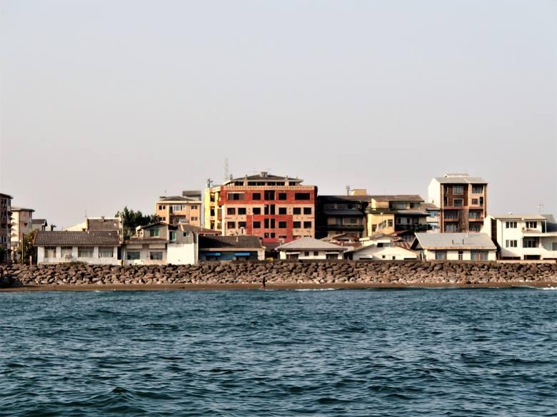 Betonowe klocki na brzegu - szach chciał z Anzali uczynić wczasowisko...
