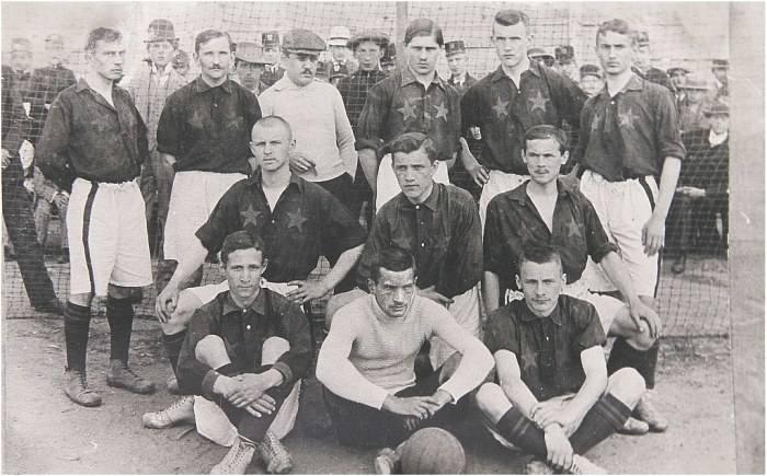 Zmiana nastąpiła w 1907 roku, gdy doszło do fuzji z drużyną Czerwonych. Postanowiono wtedy, że nazwą klubu będzie Wisła, ale barwy zostaną przejęte od