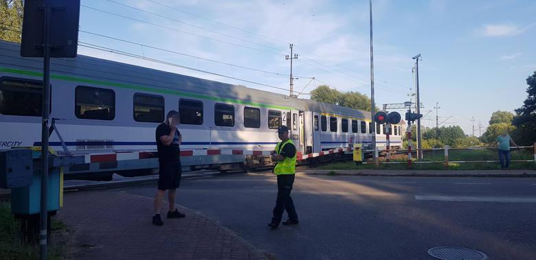 W wyniku zerwania trakcji pociąg pospieszny blokuje przejazd na ul. Świdwińskiej w Białogardzie. Utrudnienia mogą potrwać kilka godzin. Zalecany jest