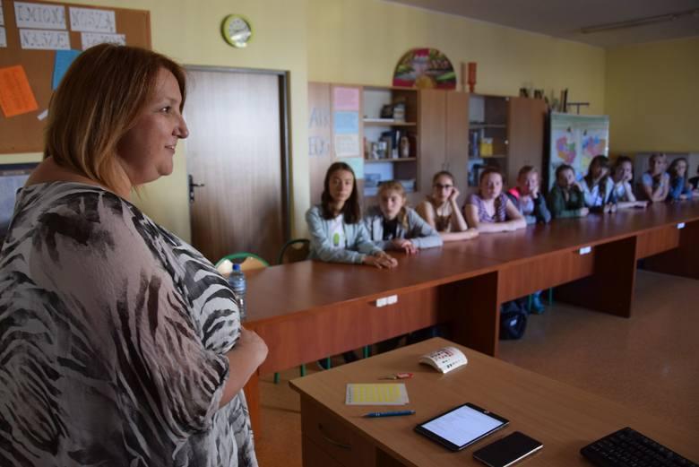 Leanne Rhodes i tłumaczka Magdalena Sułkowska na lekcji w gimnazjum nr 1 w Oleśnie.