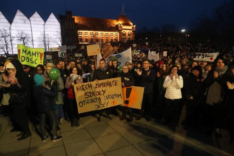 Szczecinianie wspierają nauczycieli na pl. Solidarności