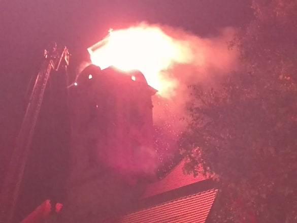 Aktualizacja, godz. 22.33:Na miejscu pracuje 15 zastępów straży pożarnej. Niestety nie udało uratować się iglicy, która uległa zawaleniu i wpadła do