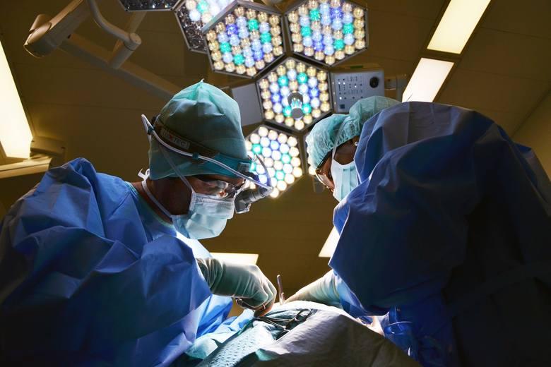 Plastyka chirurgiczna powiek dolnych 3 500 zł - 4 920 złPlastyka chirurgiczna powiek dolnych i górnych 6 000 zł