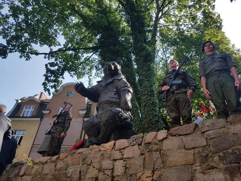 """Miś Wojtek spoczął na skarpie z widokiem na """"Monciak"""". Został odkupiony przez żołnierzy podczas II wojny światowej [zdjęcia]"""
