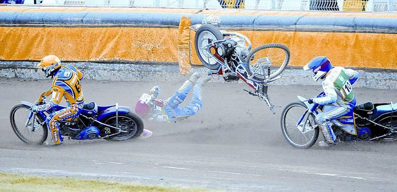 W VII biegu Peter Karlsson (kask czerwony) z Włókniarza nadział się na tylnie koło niewidocznego już na zdjęciu zawodnika Caelum Stali Przemysława Pawlickiego