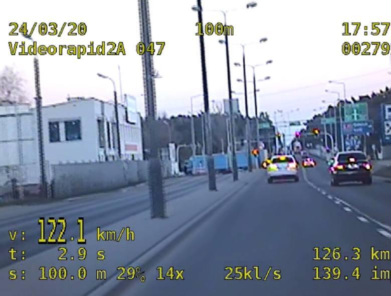 Niektórzy kierowcy stoją na stanowisku, że ograniczenie prędkości do 50 km/h w terenie zabudowanym ich nie obowiązuje.