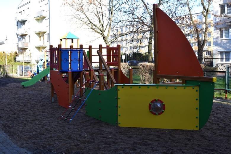 """Przy Szkole Podstawowej nr 8 w Inowrocławiu powstał plac zabaw. Nowy plac powiada domek zabawowy z liczydłami, kiwak, kiwak """"helikopter"""","""
