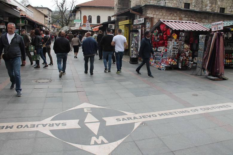 Tu, czyli na granicy Baščaršiji i części Sarajewa zbudowanej przez Austriaków, Wschód spotyka się z Zachodem.