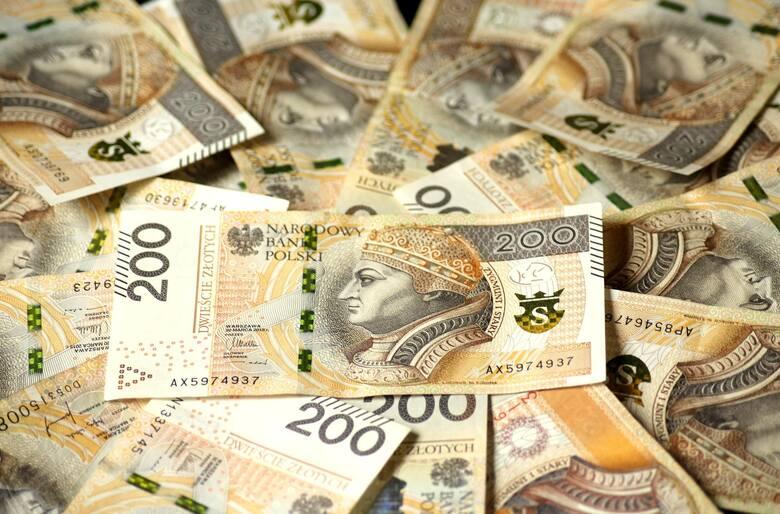 Prawie tysiąc świętokrzyskich podatników wykazało w zeznaniach PIT za 2020 rok rocznych dochód powyżej 1 miliona złotych. Liczba naszych milionerów z
