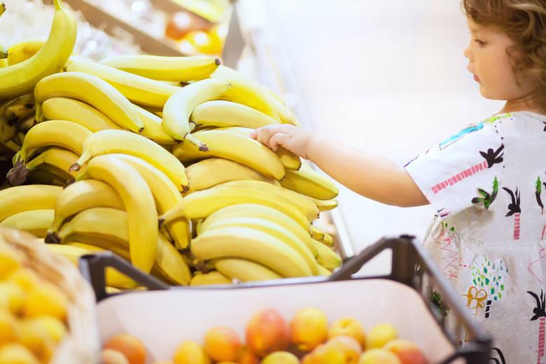 W sklepach możemy natknąć się na różne kolory bananów. W zależności od barwy, różnią się smakiem. To, jak mocno owoc jest dojrzały, można wyczytać z