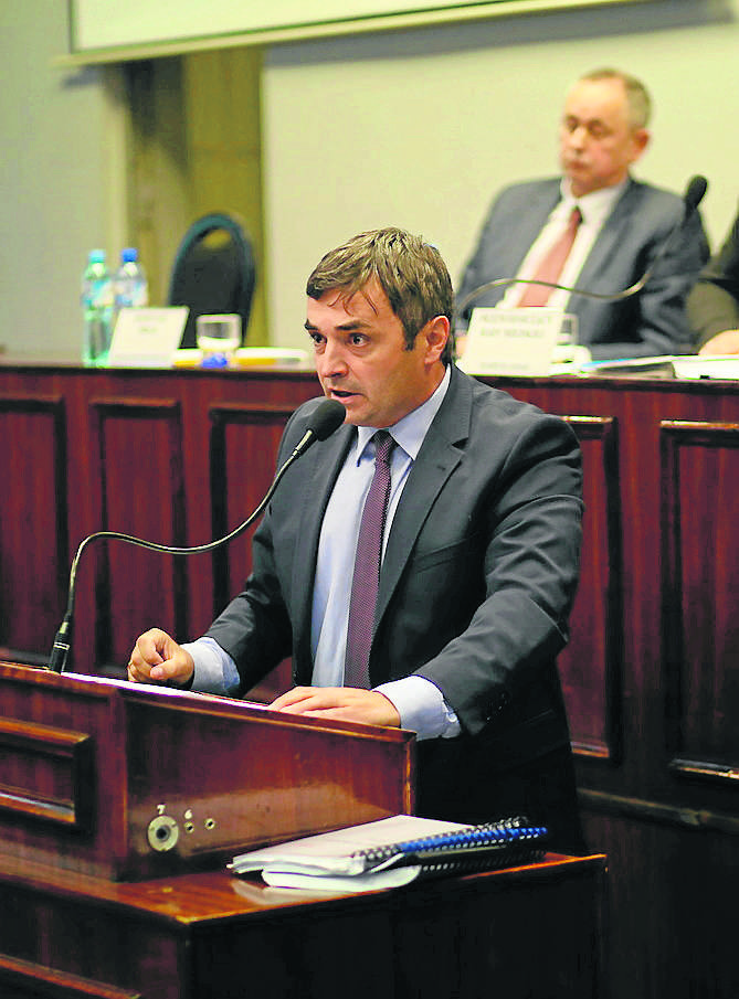 Damian Bartyla w emocjonalnym wystąpieniu odpierał zarzuty radnych. To jednak mu nie pomogło. Referendum się odbędzie