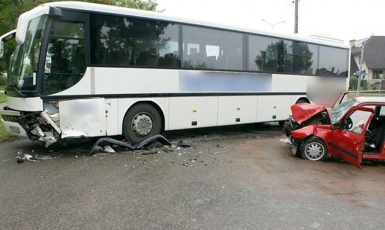 24-latek w volkswagenie wjechał w autobus (zdjęcia)