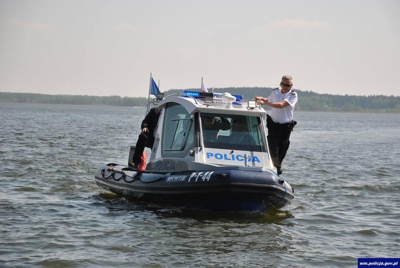 Węgorzewo: Policjanci otrzymali nową łódź i nowy radiowóz. Pomogą w służbie wodnej i lądowej