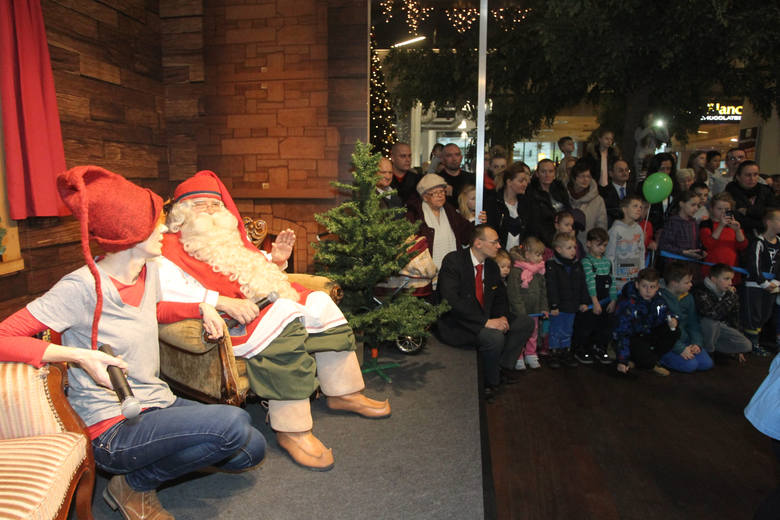 Wizyty w centrach handlowych, a także w przedszkolach i szkołach pozwalają Mikołajom zaoszczędzić sporo czasu. Ograniczają w ten sposób do minimum czas podróży między domami. I nie muszą przeciskać się przez kominy