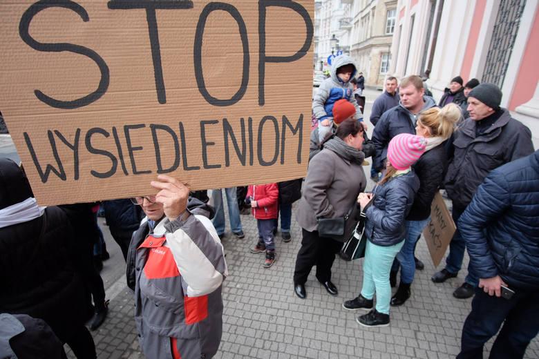 Członkowie poznańskich stowarzyszeń ogrodowych, które wyodrębniły się z PZD, dwukrotnie protestowali przed Urzędem Miasta Poznania. Sprzeciwiali się eksmisjom ludzi z ROD<br />