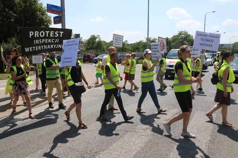Ministrze daj ż(r)yć i siana! Weterynarze przez dwie godziny blokowali ulicę Ślężną we Wrocławiu