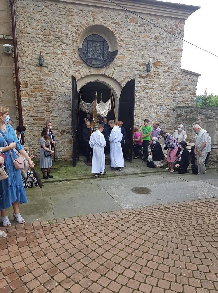 W czwartek, 11 czerwca odbyła się procesja Bożego Ciała w Szydłowcu. Wierni wyszli z kościoła pod wezwaniem świętego Zygmunta w Szydłowcu i szli ulicą