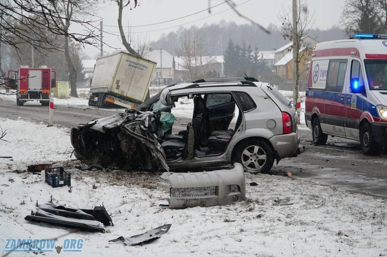 Nie żyje mężczyzna kierujący hyundaiem. Jak doszło do wypadku? Dowiedz się dalej.Zdjęcia pochodzą z: Tragiczny wypadek w Zbrzeźnicy. Jedna osoba nie