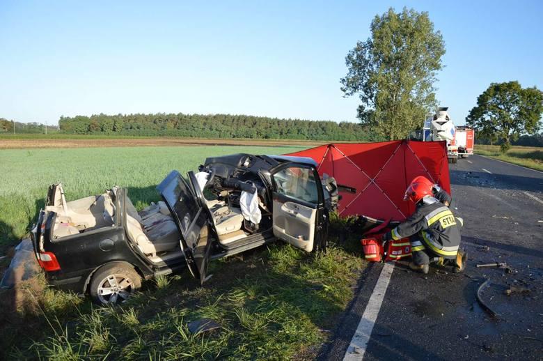 W sobotni poranek w miejscowości Wydartowo Drugie niedaleko Rawicza doszło do zderzenia samochodu osobowego marki Ford z betoniarką. W wypadku zginęła