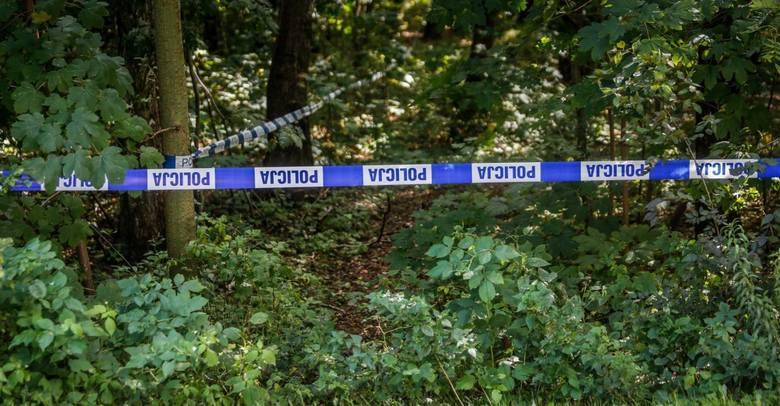 Ciało 30-letniej policjantki i jej 9-letniego syna odnaleziono we wtorek w lesie pod Środą Wielkopolską. Śledczy zakładają, że doszło do samobójstwa
