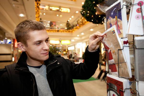 Sebastian Wójt wybierał kartkę dla swojej dziewczyny.<br><br>