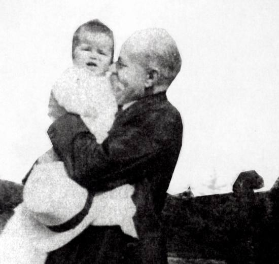 Zbyszek Cybulski na rękach dziadka Józefa Jaruzelskiego.