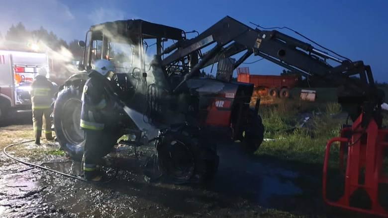 Strażacy zostali wezwani do pożaru ciągnika rolniczego w miejscowości Lakiele (powiat olecki). Zdarzenie miało miejsce w niedzielę przed godziną 20.