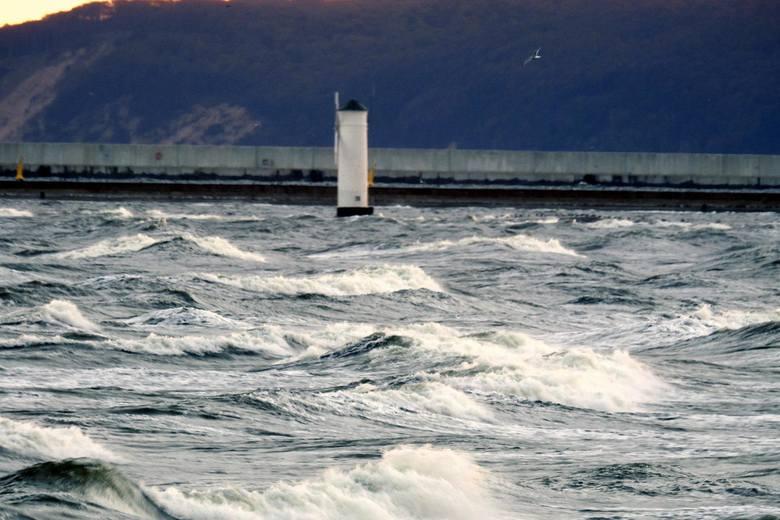 Przez całą noc przez Świnoujście przewalały się silne podmuchy wiatru, najsilniej wiało i padało pomiędzy 4-5 rano.Dziś rano wiatr w mieście troszeczkę