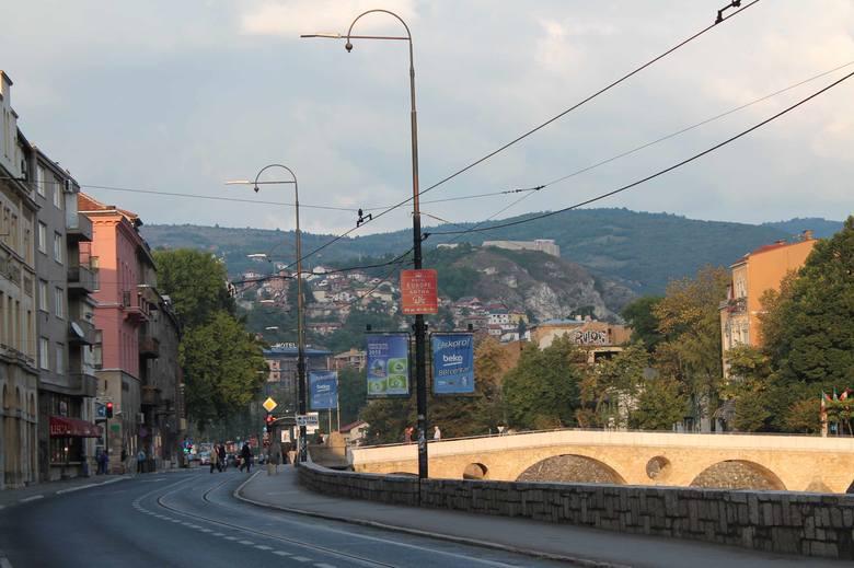 Most Łaciński. U jego wylotu Gawriło Princip zastrzelił w 1914 roku Franciszka Ferdynanda i jego żonę Zofię.