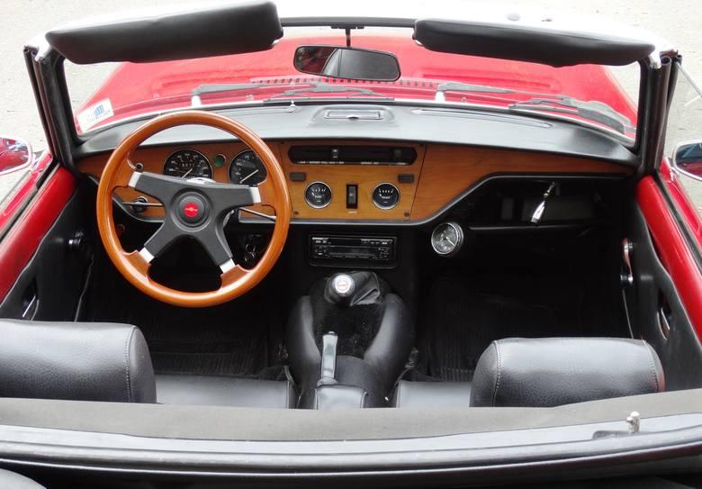 Minimalistyczne wnętrze jest typowe dla brytyjskich roadsterów sprzed pół wieku. Poprzedni właściciele wymienili kierownicę na wygodniejszą, ale oryginalną