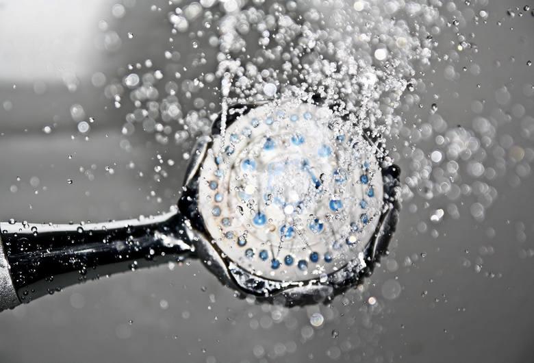 Prysznic zamiast kąpieli w wannie to nawet 798 litrów wody mniej tygodniowoKąpiel w wannie o długości 140 cm pochłania 150 l wody - podają eksperci krakowskiej