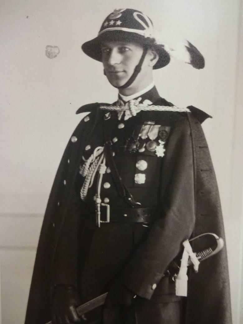 Urodzony w Swaryszowie kapitan Józef Hartman w mundurze Strzelców Podhalańskich z odznaczeniami, zdjęcie z wystawy