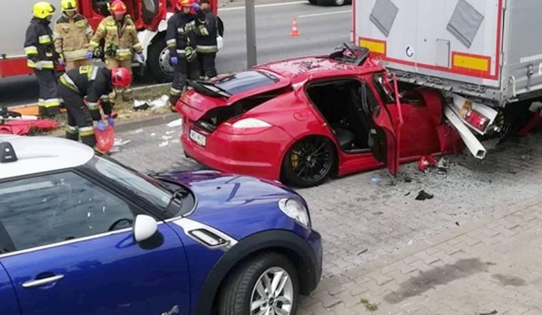 Czerwone porsche wbiło się w tył naczepy ciężarówki