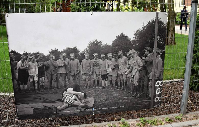 """Ciekawą wystawę archiwalnych zdjęć prezentujących życie codzienne żołnierzy Błękitnej Armii gen. Hallera obejrzeć można przy Sanatorium """"Przy"""