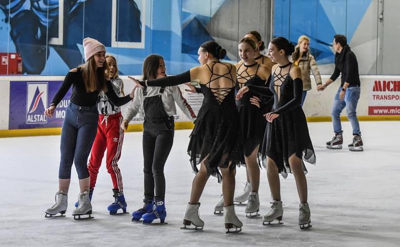 """Z okazji Dnia Kobiet na lodowisku Torbyd odbyła się impreza """"Lejdis Disco Lodowisko"""". Dla uczestników przygotowano zabawy na łyżwach i nagrody. Taneczne"""