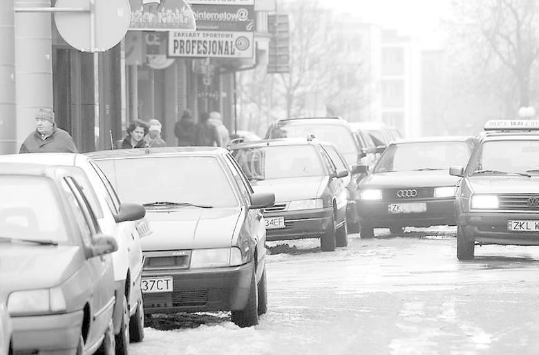 Ulica Giełdowa, zwłaszcza na odcinku między ulicami Dubois a Ratuszową, to zwykle jedno z najbardziej zastawionych samochodami miejsc w mieście. Od dziś