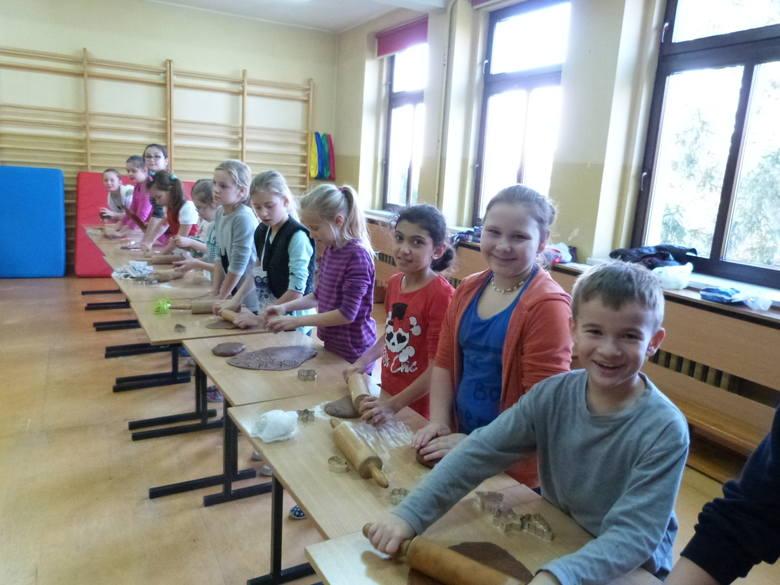 Uczniowie podstawówki w Dańcu samodzielnie przygotowywali i ozdabiali pierniki.